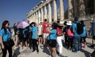 Κινέζοι τουριστες ξεναγούνται στην Ακροπολη