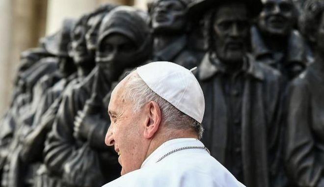 Ο πάπας μπροστά από το γλυπτό.