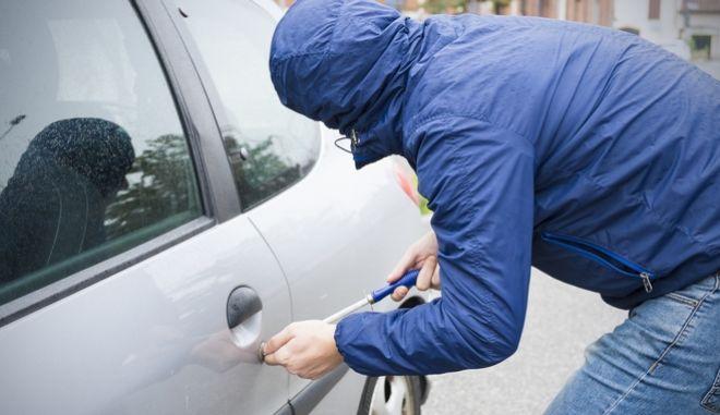 Άνδρας προσπαθεί να ανοίξει αυτοκίνητο με κατσαβίδι