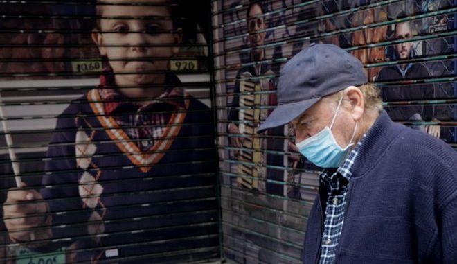 Ηλικιωμένος με μάσκα.
