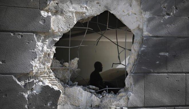 Τρύπα απο βλήμα σε κτίριο στη Γάζα την Παρασκευή 14 Μαϊου