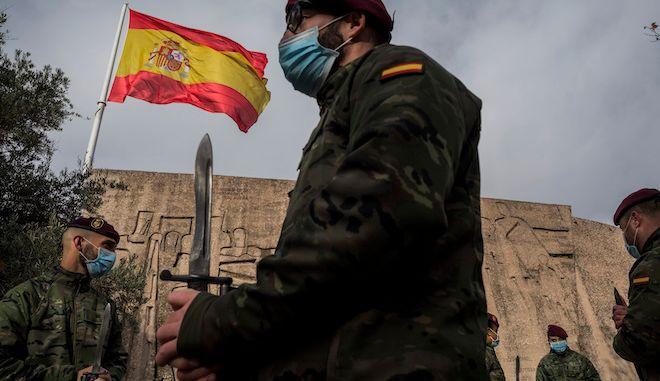 Μέλη του ισπανικού στρατού κατά τη διάρκεια μιας πρόβας εορτασμών της ημέρας για το Ισπανικό Σύνταγμα στη Μαδρίτη, 4 Δεκεμβρίου 2020.