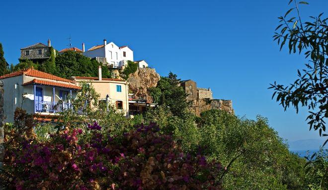 Τα παραδοσιακά σπίτια στην παλιά χώρα ανακαινίστηκαν και πλέον αποτελούν πόλο έλξης για τους επισκέπτες του νησιού