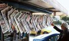 Εφημερίδες κρεμασμένες σε περίπτερο
