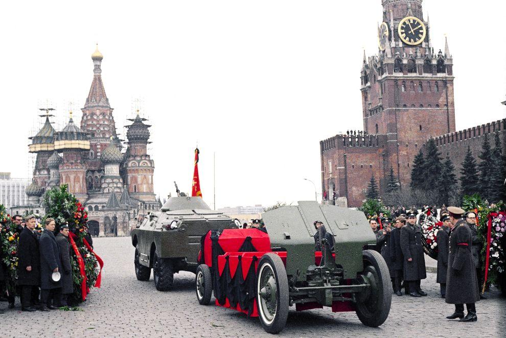 Η κηδεία του Γιούρι Γκαγκάριν και του Βλαντιμίρ Σεριόγκιν. Η νεκρική πομπή διασχίζει την Κόκκινη Πλατεία στη Μόσχα (30/3/1968).