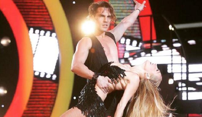 Ο Άνθιμος Ανανιάδης σε μια χορευτική του φιγούρα από το Dancing With The Stars