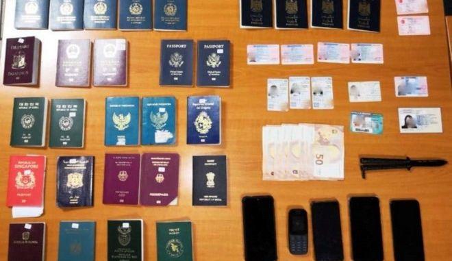 Με «βιτρίνα» ψιλικατζίδικο διακινούσαν πλαστά έγγραφα και διαβατήρια