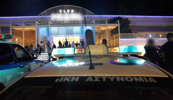 Στο πλαίσιο του επιχειρησιακού σχεδιασμού του Αρχηγείου της Ελληνικής Αστυνομίας, συνεχίζονται οι συστηματικοί έλεγχοι σε διάφορες τουριστικές περιοχές της χώρας, με σκοπό την αντιμετώπιση παραβατικών συμπεριφορών που σχετίζονται με την εφαρμογή της νομοθεσίας σε επιχειρήσεις και καταστήματα υγειονομικού ενδιαφέροντος, σε συνδυασμό με την αντιμετώπιση της φοροδιαφυγής, της ανασφάλιστης και αδήλωτης εργασίας και των διατάξεων που αφορούν γενικότερα στα θέματα του τουρισμού. Στο πλαίσιο αυτό, εκτεταμένοι αστυνομικοί έλεγχοι διενεργήθηκαν σήμερα (05.08.2013) τις πρώτες πρωινές ώρες, από μικτά κλιμάκια αστυνομικών, σε καταστήματα και επιχειρήσεις υγειονομικού ενδιαφέροντος σε διάφορες περιοχές της Κασσανδρείας Χαλκιδικής. Στην αστυνομική επιχείρηση συμμετείχε προσωπικό από την Αστυνομική Διεύθυνση Χαλκιδικής και από Υπηρεσίες της Γενικής Αστυνομικής Διεύθυνσης Θεσσαλονίκης, με τη συνδρομή της Υποδιεύθυνσης Εγκληματολογικών Ερευνών Βορείου Ελλάδας. Επιπλέον στην επιχείρηση έλαβε μέρος και κλιμάκιο της Υπηρεσίας Οικονομικής Αστυνομίας και Δίωξης Ηλεκτρονικού Εγκλήματος για τα ειδικότερα θέματα αρμοδιότητάς της. Ελέγχθηκαν καταστήματα και επιχειρήσεις υγειονομικού ενδιαφέροντος και βεβαιώθηκαν εξήντα τρεις (63) συνολικά παραβάσεις, ως ακολούθως: είκοσι έξι (26) παραβάσεις για στέρηση αστυνομικής άδειας εργασίας, δεκαοκτώ (18) παραβάσεις για στέρηση πιστοποιητικού υγείας, τέσσερις (4) διοικητικές φορολογικές παραβάσεις, τέσσερις (4) παραβάσεις για κατανάλωση αλκοολούχων ποτών από ανηλίκους, τέσσερις (4) παραβάσεις για στέρηση αδείας λειτουργίας τρεις (3) παραβάσεις για ανασφάλιστο προσωπικό μία (1) παράβαση για κατάσταση εργασίας προσωπικού και μία (1) παράβαση για διατάραξη κοινής ησυχίας μία (1) παράβαση για τροποποίηση υγειονομικών όρων λειτουργίας μία (1) παράβαση για παραβίαση ωραρίου λειτουργίας. Επιπλέον, κατά τη διάρκεια της επιχείρησης συνελήφθησαν συνολικά οκτώ (8) άτομα, ως ακολούθως: τέσσερα (4) άτομα για στέρηση αδείας λειτουργίας ένα (1) άτομο για διατάραξη κο