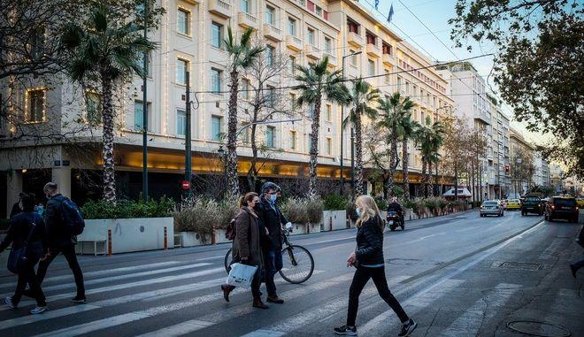 Αθηναίοι περπατούν στο κέντρο κατά τη διάρκεια του lockdown