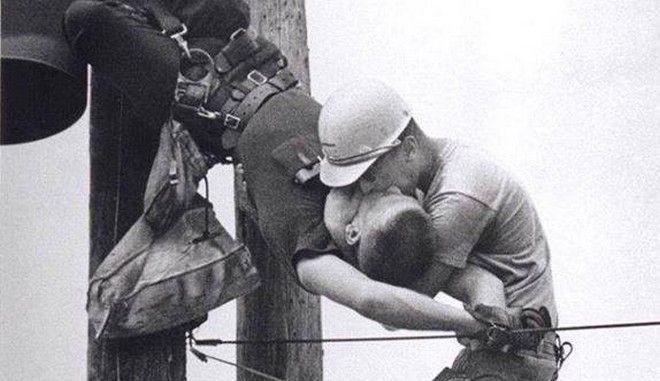 Μηχανή του Χρόνου: Το φιλί της ζωής στον υπάλληλο, που χτυπήθηκε με 4 χιλιάδες βολτ