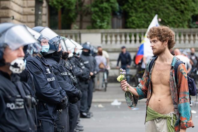 Οι αρνητές του κορονοϊού βγήκαν στους δρόμους σε όλη την Ευρώπη, Φωτογραφία από Βερολίνο