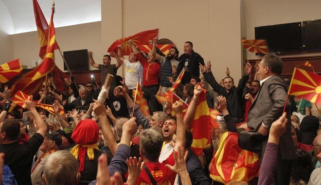 Διαδηλωτές έχουν εισβάλει στο Κοινοβούλιο της πΓΔΜ, Απρίλιος 2017