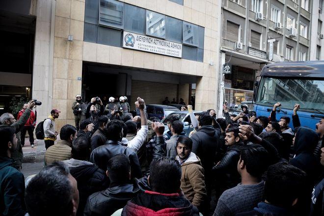 Διαμαρτυρία μεταναστών Πακιστανικής καταγωγής στο Α.Τ. Ομονοίας ενάντια στη σύλληψη ομοεθνή τους