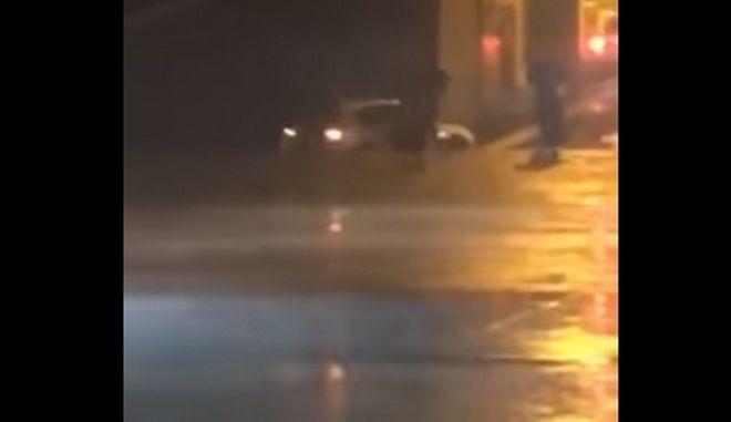 Η στιγμή που το αυτοκίνητο πέφτει στη θάλασσα στο λιμάνι της Κυλλήνης