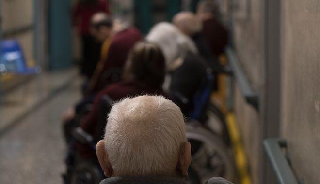 Ουρά ηλικιωμένων που περιμένουν να εμβολιαστούν στην Ιταλία