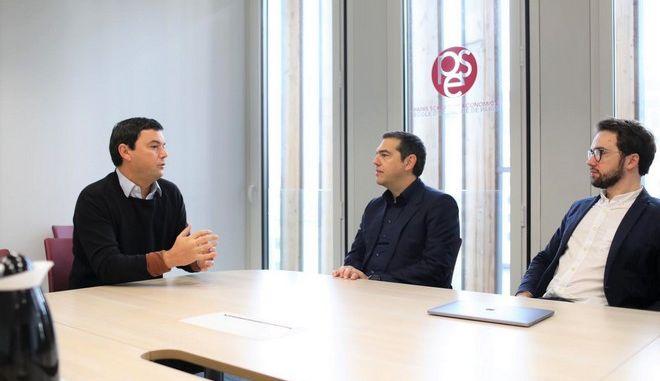Ο Αλέξης Τσίπρας με τον διεθνούς φήμης γάλλο οικονομολόγο Τομά Πικετί