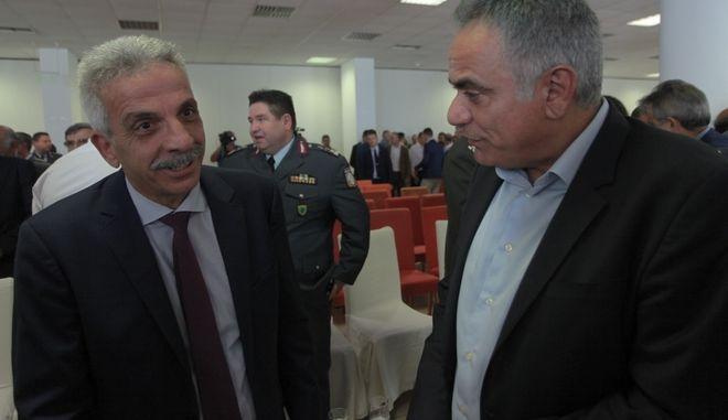 Ο Δημήτρης Αναγνωστάκης με τον Πάνο Σκουρλέτη κατά την τελετή παράδοσης παραλαβής στην ΕΛΑΣ