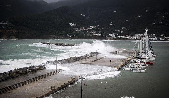 Κύματα σκάνε στην προβλήτα του λιμανιού της Σκοπέλου