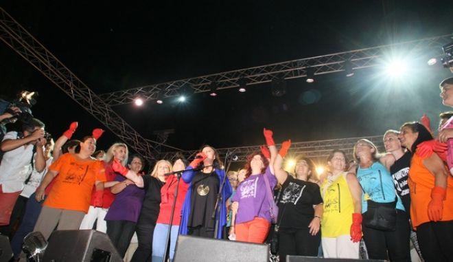 Συναυλία αλληλεγγύης στον αγώνα των καθαριστριών του υπουργείου Οικονομικών με την Χάρις Αλεξίου στη πλατεία Συντάγματος, Δευτέρα 28 Ιουλίου 2014. (EUROKINISSI/ΤΑΤΙΑΝΑ ΜΠΟΛΑΡΗ)