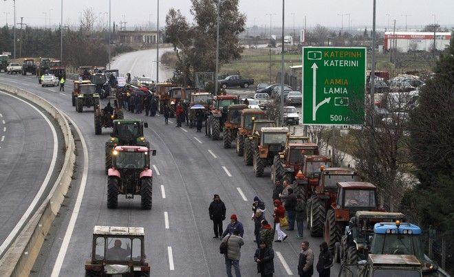 Μπλόκο αγροτών με τρακτέρ στη Νίκαια Λάρισας την Πέμπτη 26 Ιανουαρίου 2017. (EUROKINISSI/ΜΙΧΑΛΗΣ ΜΠΑΤΖΙΟΛΑΣ)