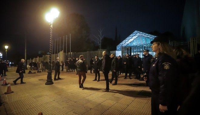Αστυνομικοί έξω από το Μέγαρο Μουσικής όπου πραγματοποιείται η εκδήλωση