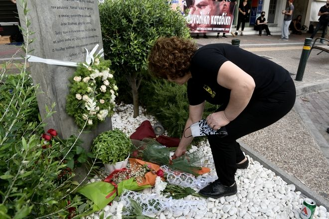 Στιγμιότυπα από το μνημείο του Παύλου Φύσσα,στο σημείο που δολοφονήθηκε στο Κερατσίνι,λίγο πριν την έναρξη της πορείας στην μνήμη του.