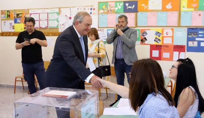 Εκλογές 2019: Στη Θεσσαλονίκη ψήφισε ο πρώην πρωθυπουργός Κώστας Καραμανλής