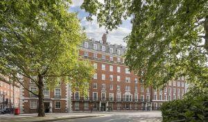 Το κτίριο με το διαμέρισμα του Αριστοτέλη Ωνάση στο Μέιφερ του Λονδίνου