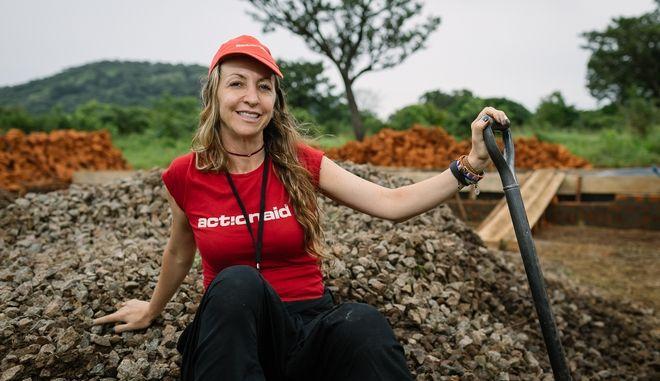 """Πόλυ, η εθελόντρια που έχει χτίσει """"τη μισή Αφρική""""!"""