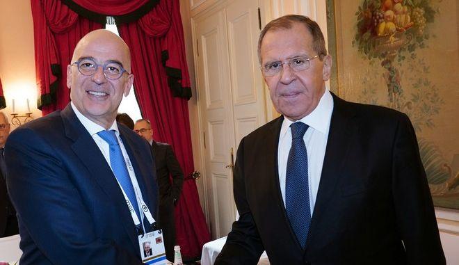 Ο Νίκος Δένδιας και ο Σεργκέι Λαβρόφ κατά την συνάντησή τους στο Μόναχο