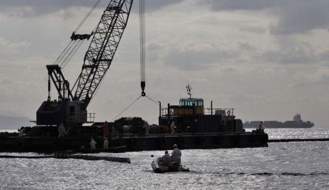 """Εργασίες απορρύπανσης στην θαλάσσια περιοχή της Σαλαμίνας όπου έγινε το ναυάγιο του πλοίου """"Αγία Ζώνη ΙΙ"""", το Σάββατο 30 Σεπτεμβρίου 2017. (EUROKINISSI/ΓΙΑΝΝΗΣ ΠΑΝΑΓΟΠΟΥΛΟΣ)"""