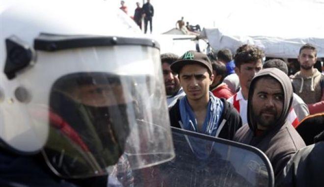 Πετροπόλεμος μεταξύ Σύρων και Αφγανών τα ξημερώματα στον Πειραιά