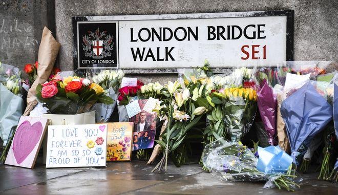 Λουλούδια για τα θύματα στο σημείο της επίθεσης στο Λονδίνο.
