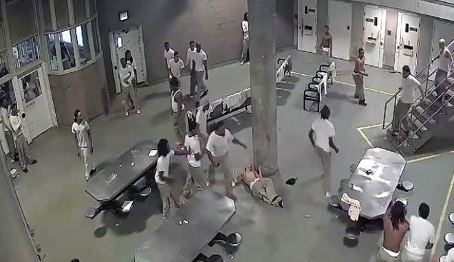 Βίντεο: Πέντε τραυματίες από καβγά σε φυλακές των ΗΠΑ