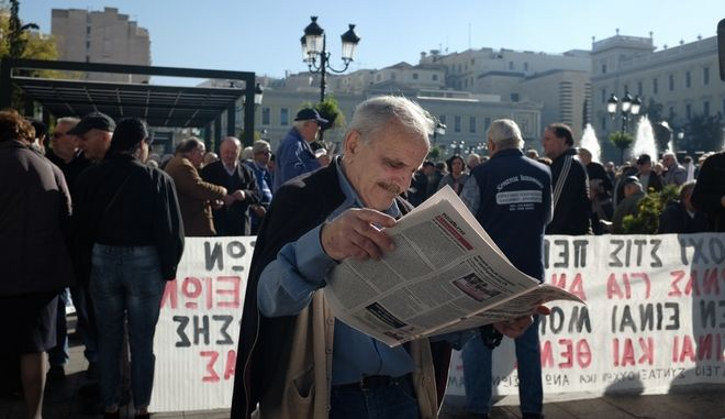 Pensioners protest rally claiming to stop the pensions cuts and recuire free health care for all the pensioners, Kotzia square, Athens, Greece on November 23, 2017. /          (, , , , )                 , , 23  2017.