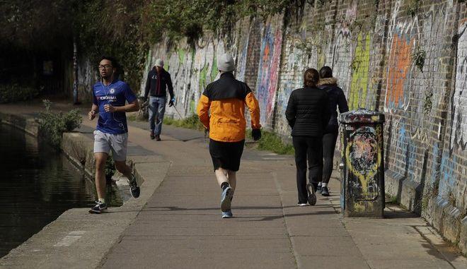 Άνθρωποι κάνουν τζόκινγκ στο Λονδίνο