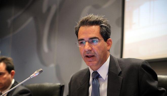 """ΑΘΗΝΑ-Ο Άγγελος Συρίγος ,γ.γ.υπουργείου εσωτερικών,  μίλησε σήμερα Δευτέρα, 23 Σεπτεμβρίου 2013  στην  εκδήλωση που διοργανώνει ο Οργανισμός Invest in Greece, σε συνεργασία με το Υπουργείο Ανάπτυξης και Ανταγωνιστικότητας και το Υπουργείο Εσωτερικών, με θέμα: """"Άδειες Διαμονής υπηκόων τρίτων χωρών για στρατηγικές επενδύσεις και αγορά ακινήτων"""".(EUROKINISSI-ΚΩΣΤΑΣ ΚΑΤΩΜΕΡΗΣ)"""