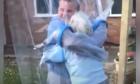 Άνδρας δίνει αγκαλιά στην γιαγιά του