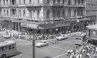 """""""Αθήνα / Athen"""": Τα ασπρόμαυρα καρέ που απαθανάτισαν την Ελλάδα της δεκαετίας του '60"""