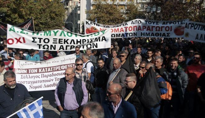 Γεωργοί και κτηνοτρόφοι από όλη την Ελλάδα, διαμαρτύρονται για τον τρόπο φορολόγησής τους, αλλά και τις αλλαγές που επίκεινται στο ασφαλιστικό, στο Σύνταγμα, την Τετάρτη 18 Νοεμβρίου 2015.  (EUROKINISSI/ΣΤΕΛΙΟΣ ΣΤΕΦΑΝΟΥ)
