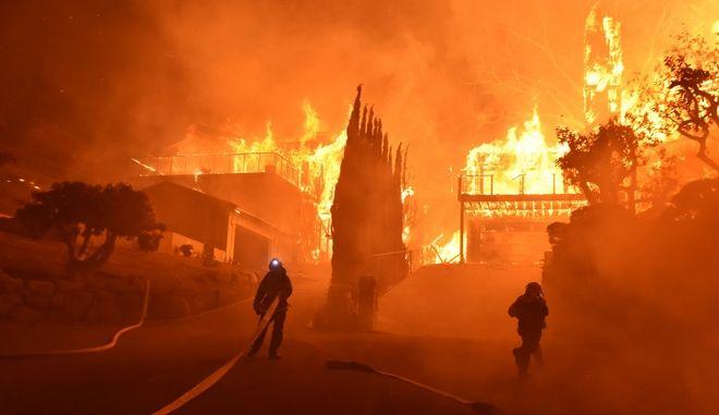 Εκτός ελέγχου οι πυρκαγιές στη Νότια Καλιφόρνια