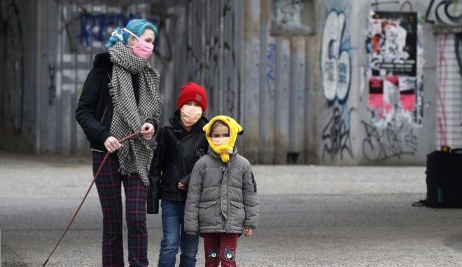 Μια γυναίκα με δύο παιδιά στην Τσεχία