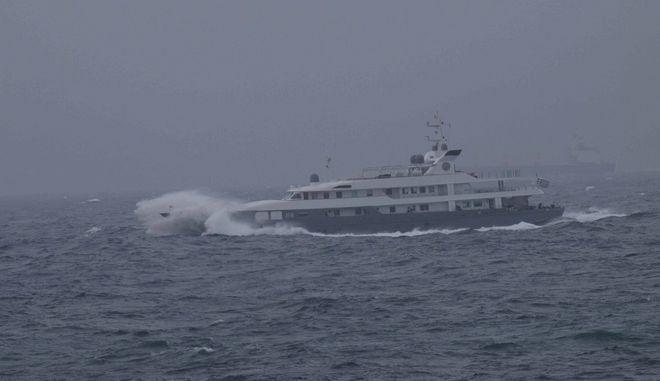 Πλοίο ταξιδεύει σε φουρτουνιασμένη θάλασσα. Φωτό αρχείου.