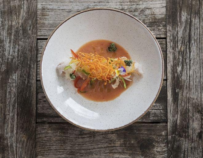 Καρπάτσιο λαυράκι με τραγανη γλυκοπατατα, φρεσκια ριγανη και ντρεσινγκ βερικοκου