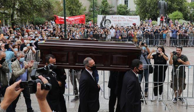 Εικόνα από το λαϊκό προσκύνημα στον Μίκη Θεοδωράκη στη μητρόπολη Αθηνών