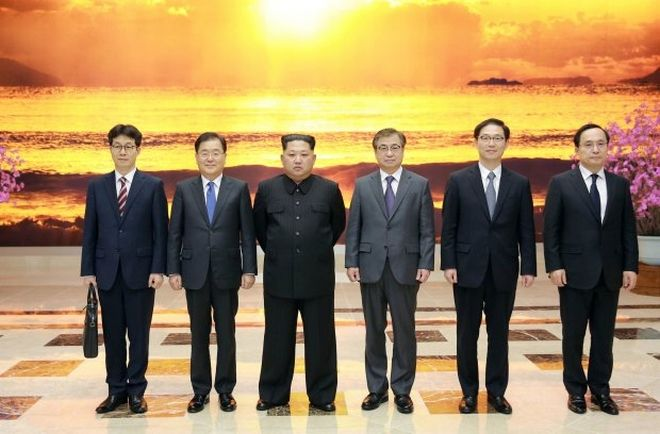 North Korean leader Kim Jong Un poses for photographs with the South Korean delegation led by Chung Eui-yong, head of the presidential National Security Office, in Pyongyang, North Korea, March 6, 2018.     The Presidential Blue House/Yonhap via REUTERS   ATTENTION EDITORS - THIS IMAGE HAS BEEN SUPPLIED BY A THIRD PARTY. SOUTH KOREA OUT. NO RESALES. NO ARCHIVE.