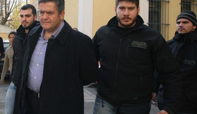 Ο διοικητής του νοσοκομείου Παίδων Αγλαϊα Κυριακού Χάρης Τομπούλογλου οδηγείται από αστυνομικούς στον εισαγγελέα την Τετάρτη 25 Δεκεμβρίου, κατηγορούμενος για εκβιασμό και δωροδοκία. Ο 54χρονος Χάρης Τομπούλογλου συνελήφθη την Τρίτη από αστυνομικούς του τμήματος Δίωξης εκβιαστών της διεύθυνσης Ασφάλειας Αττικής μαζί με έναν 40χρονο άνδρα, ο οποίος φέρεται να είναι ο συνεργός του και εναντίον τους σχηματίστηκε δικογραφία για τα αδικήματα της εκβίασης κατά συναυτουργία και της παθητικής δωροδοκίας. Είχε προηγηθεί η καταγγελία του προέδρου διαφημιστικής εταιρείας σύμφωνα με την οποία απαιτούσε τα χρήματα ο κ. Τομπούλογλου για να μην κηρύξει έκπτωτη την εταιρεία. (EUROKINISSI/ΤΑΤΙΑΝΑ ΜΠΟΛΑΡΗ)