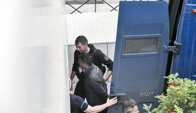 Ένας από τους τρεις κατηγορούμενους  για την δολοφονία του δικηγόρου Μιχάλη Ζαφειρόπουλου, μεταφέρεται από αστυνομικούς στο Μικτό Ορκωτό Δικαστήριο της Αθήνας