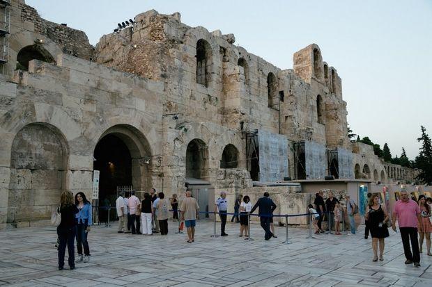 Ποιοι κόλλησαν αυτά τα αυτοκόλλητα στο Ηρώδειο;