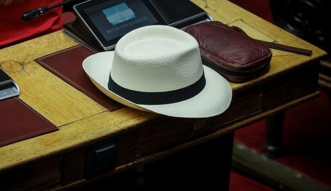 Καπέλο σε έδρανο στη Βουλή